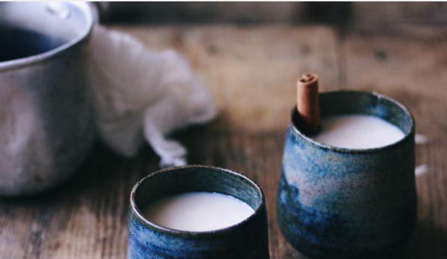 Chai: Massala - Ingredientes: 6 paus de Canela 3 Estrelas de Anis 1 colher de sopa de Cravinhos inteiros 1 colher de sopa de vagens de Cardamomo 1 colher de sopa Pimenta Preta em grão  1 colher de sopa de Sementes de Erva Doce  1/2 Nos Moscada, ralada na hora  Modo de preparação: Colocar todos os ingredientes num moinho de café/especiarias e reduzir a pó. Para um pó mais fininho, peneirar a massala por um passador. Guardar num recipiente hermético e num local escuro até seis meses.