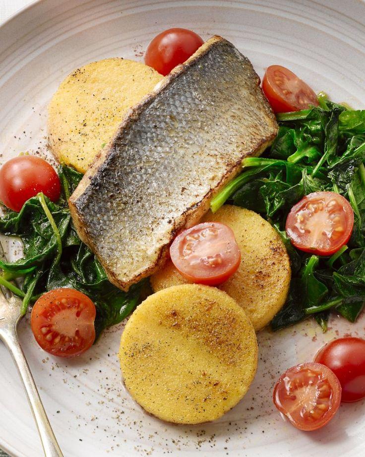 Een visje met Zuiderse twist! Ontdek dit heerlijk recept voor geroerbakte spinazie met een lekker stukje zeebaars, frisse tomaatjes en polentakoekjes.