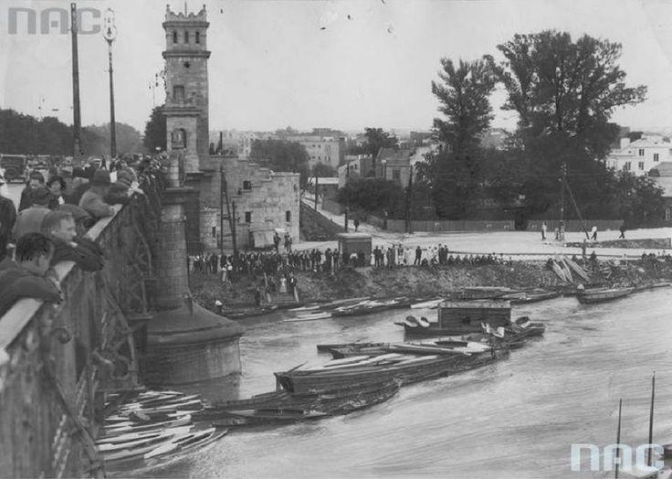 Warszawiacy obserwujący poziom wody na Wiśle z Mostu Poniatowskiego podczas powodzi. fot. 1934r., źr. Narodowe Archiwum Cyfrowe.
