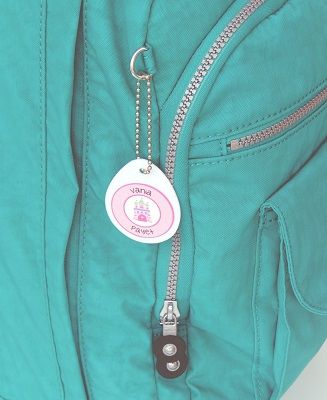 El Pack Tags es perfecto para que tus hijos no pierdan de vista sus mochilas, loncheras y hasta sus maletínes de gimnasia. En este pack se puede considerar dos nombres, cada uno con su colección y tipo de letra distintos.
