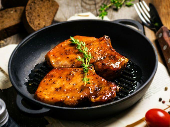 En platillos típicos, para botanear o simplemente para la comida del día a día, la carne de cerdo permite realizar un sinfín de recetas deliciosas.Debes saber que esta carne aporta las proteínas que el cuerpo necesita para conservar sanos y fuertes los tejidos del cuerpo. Se estima que 85 gramos de carne magra de cerdo proporcionan la misma cantidad de proteína que una taza y media de leguminosas, con la mitad de calorías.