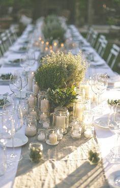Candele e piantine verdi - Come apparecchiare la tavola rustica con le piante e le candele.