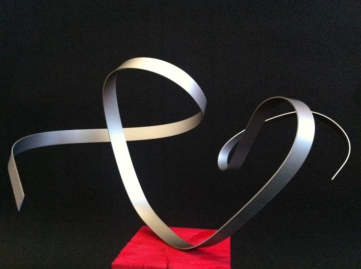 Leticia Vea  Con mucho corazón, 2011  Aluminio anodizado inoxidable y madera