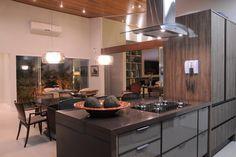 Granito marrom absoluto bancada cozinha  A Alonso Mármores produz peças em…
