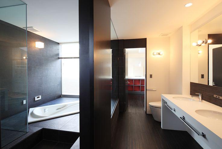 寝室に隣接したバスルーム。バスタブとは別に独立したシャワーブースのあるタイプ