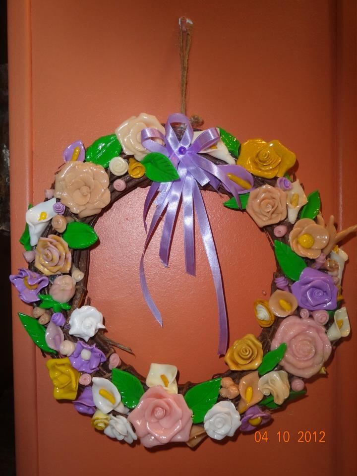 my candles (χειροποιητα κηροτεχνηματα) στεφανι με χειροποιητα λουλουδια απο πορσελανη