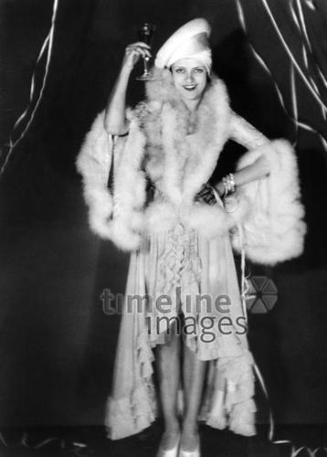 Rigmor Rasmussen, 1929 ullstein bild - Elli Marcus/Timeline Images #Feiern #Silvester #Neujahrsfeier #Neujahrstag #31.Dezember #Jahresende #Party #Brauchtum #historisch #schwarzweiß #historical #Nostalgie #nostalgisch #Partyoutfit  #vintage #Pelz #Party #Silvesteroutfit #Prosten #Weinglas #Hut # Frau #1920er #1920ies