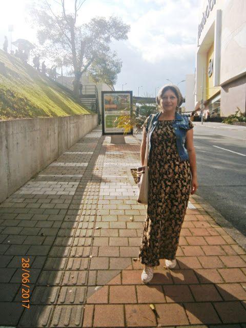 modamaria: vestido largo con boina ,tenis y bolso cruzado