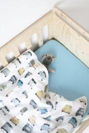 Auto dekbedovertrek - ledikant Studio Ditte Studio Ditte heeft nu ook dekbedovertrekken in ledikant maat voor de allerkleinste. Dekbedovertrek in ledikant maat met stoere autootjes voor kleine en grote dromen. Het dekbedovertrek is geschikt voor dekbedden en dekentjes met een breedte van 100 cm en lengte van 135 cm. Aan de onderzijde van het overtrek zit een ritssluiting. De mooie print is haarscherp weergegeven op zacht wit katoen. Kruip er lekker onder en slaap zacht.