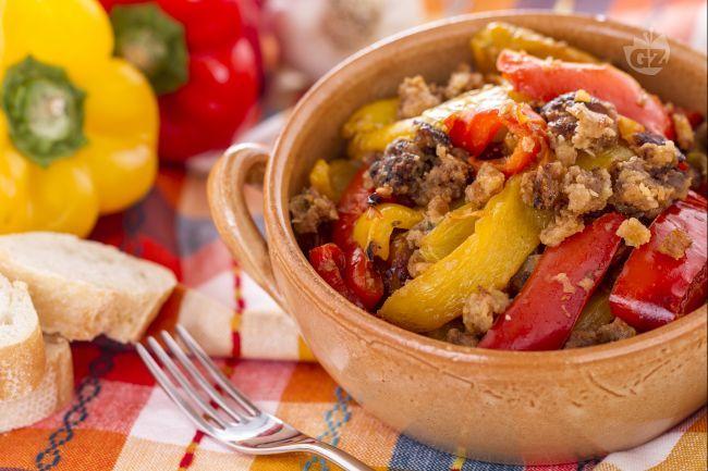 I peperoni con la mollica sono un gustoso contorno preparato con peperoni rossi e gialli, insaporiti da un condimento di mollica, pecorino e capperi.