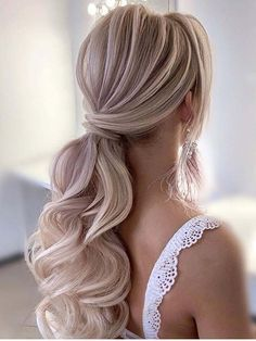 Blonde hairstyle whi