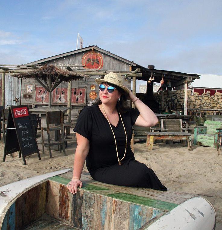 zwarte jurk, zonnebril, hoedje, grote maten, Studio Clothing