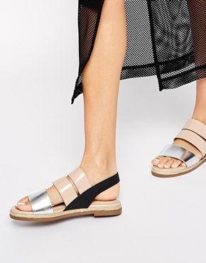 Sandalias planas con tira trasera y detalle metalizado Foundation de New Look