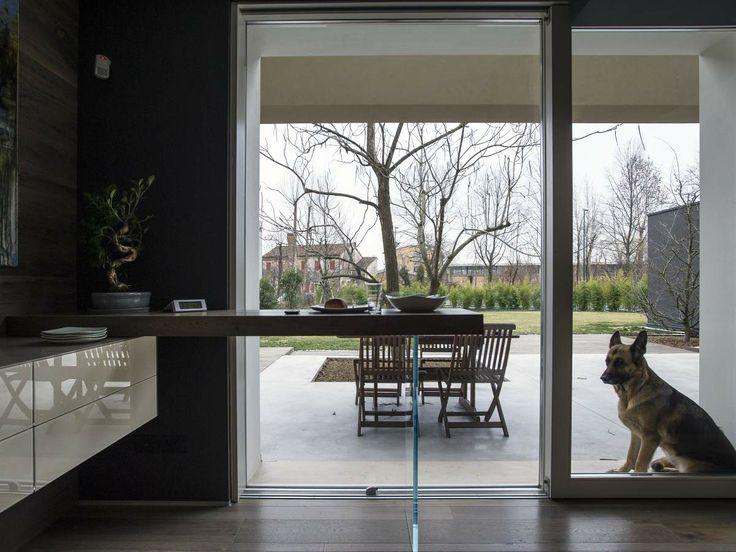 Si vede subito che l'Appartamento Lago di Treviso è una casa aperta. Il giardino su cui si affaccia la vita della casa non ha recinzioni, lo protegge dalla strada una roggia larga meno di due metri in cui balzano agli occhi la trasparenza delle acque e due papere che sguazzano beate: una con tanti colori e l'altra con pochi. Sul bordo della roggia sta crescendo una barriera di bambù che assicura un minimo di privacy. on Appartamento LAGO…