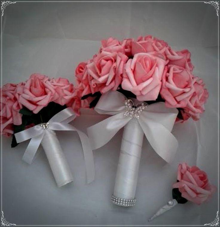 O kit contém os seguintes itens: <br> <br>- Bouquet de rosas de E.V.A, imitiam com perfeição a aparência de uma rosa natural. O bouquet de noiva tem 24 rosas, com cabo de fita de cetim, laço com fita de cetiim broche com strass. <br> <br>-Bouquet daminha com 10 rosas de E.V.A . As daminhas vão amar carregar um buquê igual ao da noiva! <br> <br>O buquê pode ser confeccionado em outras cores de rosas e fitas.