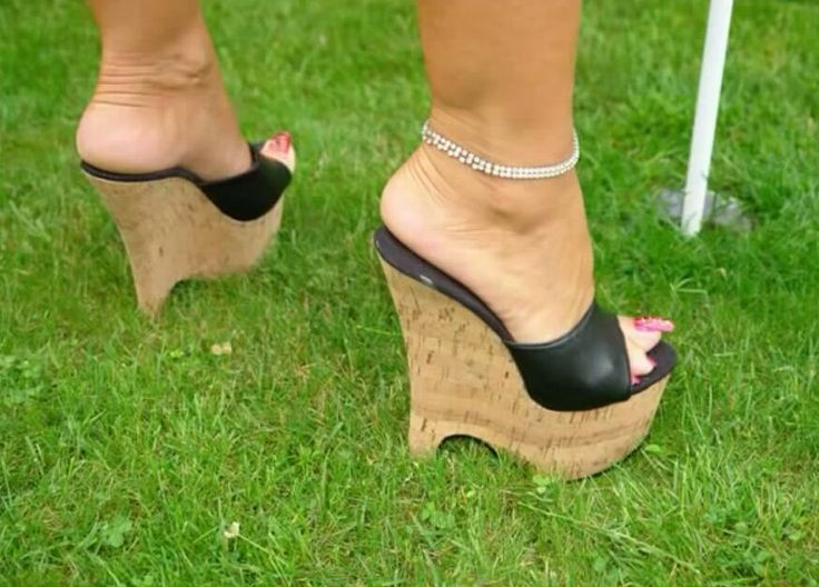 Sexy cork wedges with sexy toenails #ladybarbara #ladybarbarafeet #sexywedges #sexycorkwedges #longtoenails