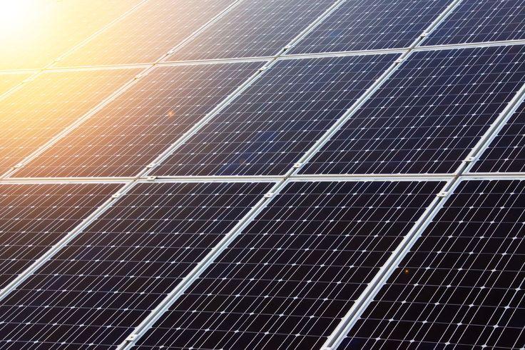 De wijk moet erg milieubewust worden dus gaan we proberen op elk huis zonnepanelen te bouwen.