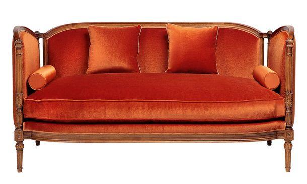Taillardat. Небольшой и уютный диван Penthièvre для холла или компактной гостиной.
