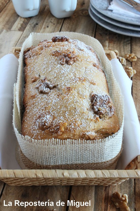 """At """"La Repostería de Miguel"""" - Pan de Plátano y Chocolate blanco - Pan entero visto desde una perpectiva frontal en el que se aprecia toda la parte superior del pan , con todas las nueces encima y el azúcar ..."""