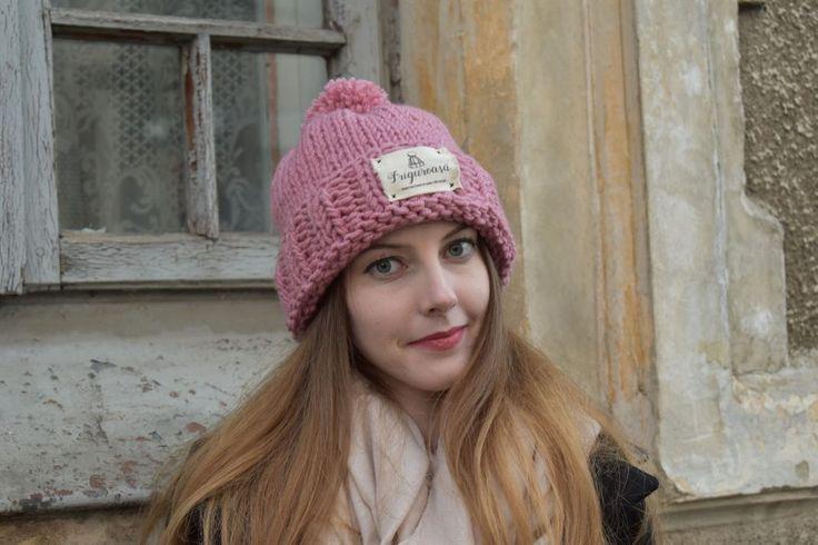 """Caciula  tricotata """"Friguroasa"""" este potrivita mandrutelor cu drag de lucrurile create de maini dibace, femei care doresc sa dichiseasca tinuta lor cu un element inedit. #caciula #caciulafemei #femei #caciula roz #roz #caciula personlizata #cadou personalizat #caciula cu mot #caciula tricotata #caciula tricotata manual"""