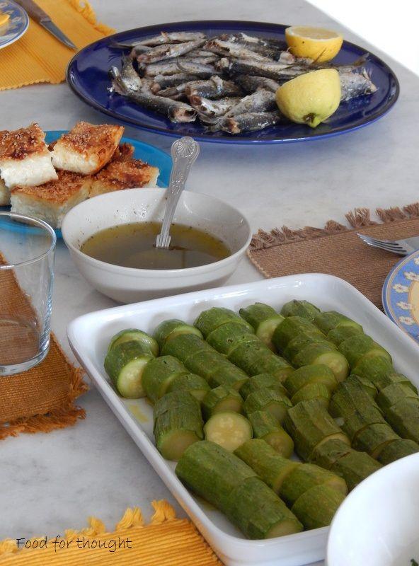 κολοκυθάκια βραστά, τυρόπιτα με τριμμένο φύλλο κρούστας, σαρδέλα ψητή.  http://laxtaristessyntages.blogspot.gr/