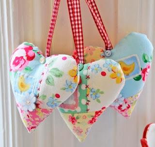 sew sweet! hearts!Sewing, Crafts Ideas, Fabrics Heart, Ribbons, Vintage Fabrics, Pretty Colors, Fabric Hearts, Scrap Fabrics, Helen Philippe