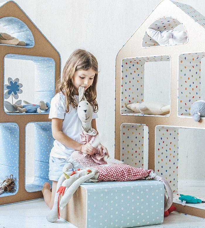 Dolly — это удобный стеллаж и кукольный домик одновременно. А еще в его окошках можно показывать спектакли. Храните детскую библиотеку, устраивайте кукольные представления или укладывайте игрушки спать — Dolly с радостью поддержит любые идеи.