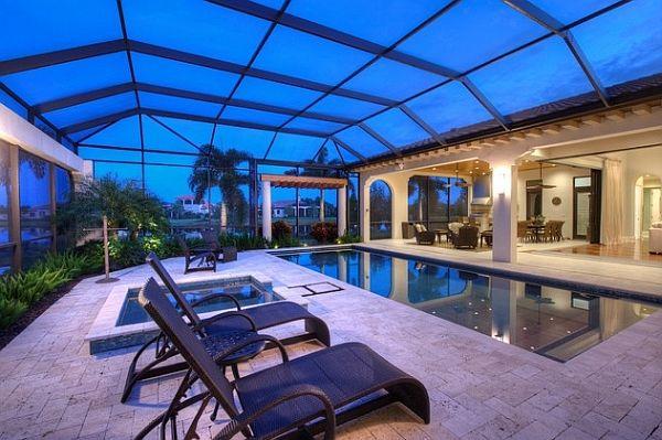 Ещё один образец дизайна интерьера закрытого бассейна с прозрачной крышей