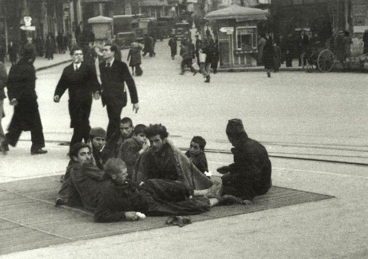 ΑΘΗΝΑ, ΚΑΤΟΧΗ. Πλατεία Ομονοίας 1941-42. Χειμώνας με φοβερό ψύχος. Ο αεραγωγός βγάζει αέρα ζεστό αλλά και μολυσμένο.