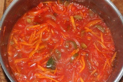 Лечо… Это заморское блюдо с венгерскими корнями давно и прочно обосновалось в списке любимых заготовок наших хозяюшек. Готовят его как по классическому рецепту из томатов и перца, так и с добавлением других овощей: лука, моркови, кабачков, баклажанов, фасоли и т.д. В Сибири, например, очень популярно лечо с добавлением лука и моркови. Для приготовления лечо по-сибирски потребуется 1,7 кг помидоров, лука репчатого, болгарского перца и моркови по 0,5 кг, соли 25...