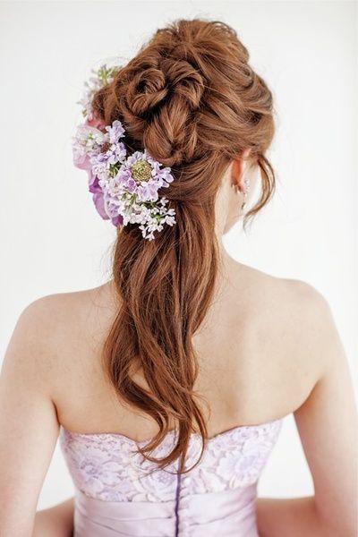 ドレスにリンクさせたラベンダーカラーの花でスウィートに!/Back|ヘアメイクカタログ|ザ・ウエディング