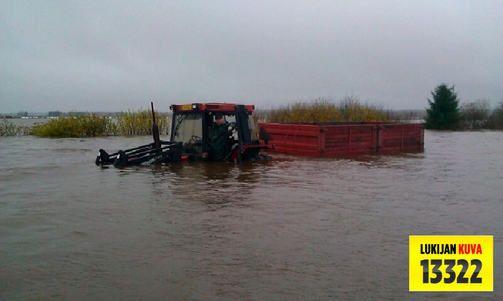 Pohjanmaalla tulvii niin paljon, että traktoritkin ovat puoliksi veden alla.  Kuva on ilta-sanomista. Kirjoittanut Olivia ja Vilmiina:)
