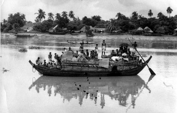 During the partition, refugees try to flee in a boat from East Pakistan, trying to enter West Bengal.