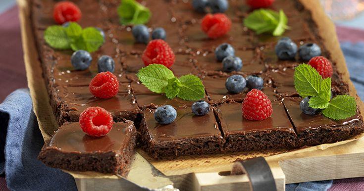 Sväng ihop en god chokladkaka i långpanna, häll på hemlagad kolaglasyr och garnera med färska bär. Snabbt och lättbakat – precis så vi vill ha det!