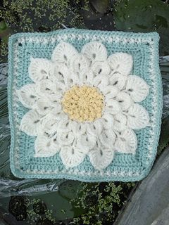 Crocodile flower square - free crochet pattern