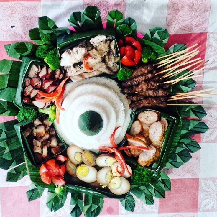 Nasi Tumpeng B2 Nasi hainam, ngohiong, sate b2, telor kecap, ayam rebus / pe cham ke, b2 panggang, b2 merah