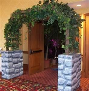 Trellis. Very nice ... I have one somewhere. For entry to back of registration area? Decoration behind?