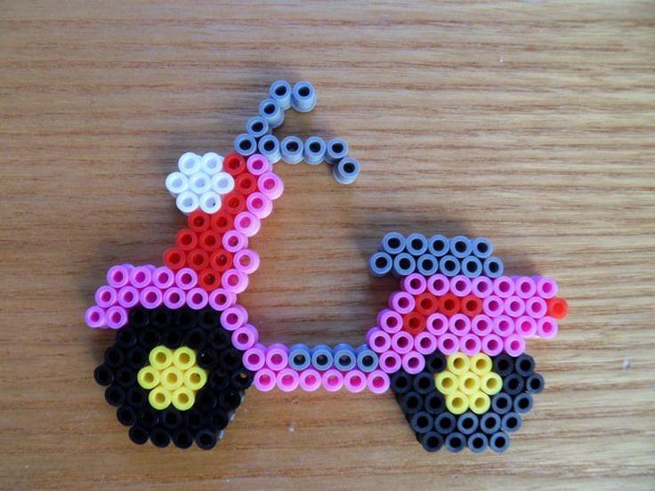 Le scooter rose en perles à repasser - Création réalisée par : Melanie w