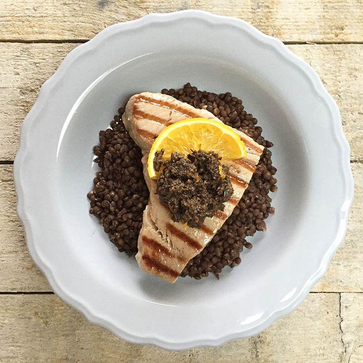 Dit gerecht van tonijn met linzen en olijventapenade is gemaakt met MSC-gecertificeerde, verantwoord gevangen tonijn (met longlines) van de visboer #naareigensmaak