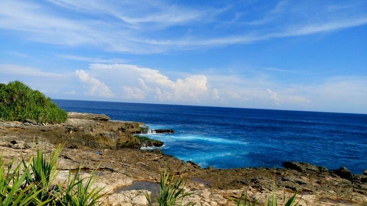 Blue beach devil's tears lembongan bali Indonesia