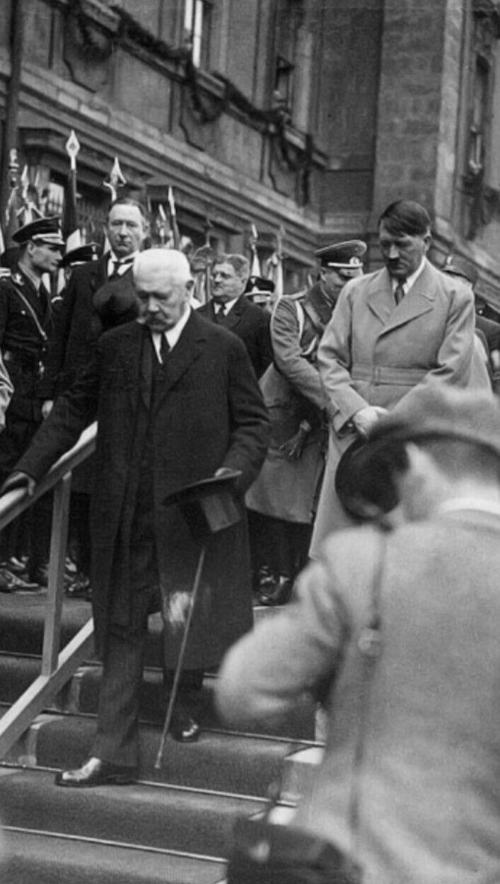 Reichskanzler Adolf Hitler und Reichspräsident Paul von Hindenburg.