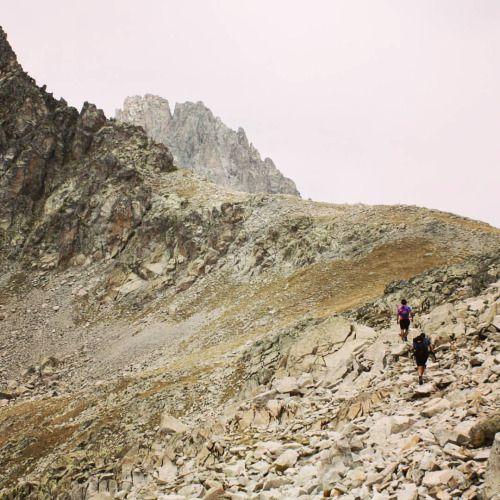 #Pirineos #Pyrenees http://www.travesiapirenaica.com/gr11/balneario_panticosa-bujaruelo.php  Un canchal te lleva al Cuello Alto de #Brazato. Merece la pena tomarse un largo respiro y disfrutar de las impresionantes vistas: hacia un lado, el fondo del valle donde se encuentra el Balneario de #Panticosa; de frente, se abre el valle del Río #Ara al fondo, con la mirada desafiante del imponente macizo del #Vignemale. El sendero del #GR11 deja los rocosos #Batanes al norte y desciende el…