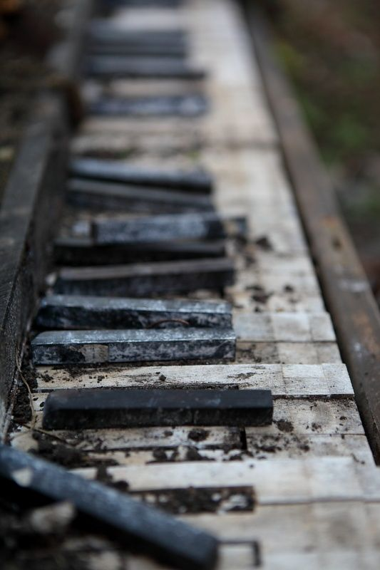 An old piano keyboard had somehow ended up down there by the tracks, apparently at the end of its road in life... no more music from those keys. enbreve