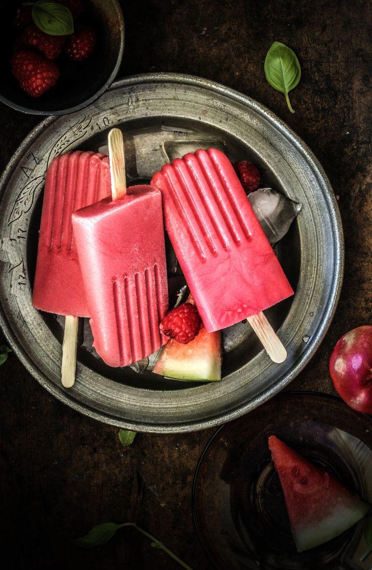 Raspberry, Watermelon and White Nectarine Popsicles -- très bonne association que celle de la pastèque, des framboises et de la nectarine blanche :) ça m'inspire tout de suite et ça me fait rêver à l'été... Pour véganiser le tout utiliser soit 1 yaourt au lait végétal, soit du tofu soyeux ou soit de la crème d'avoine ou tout autre crème végétale épaisse. Les possibilités sont vastes... ;D