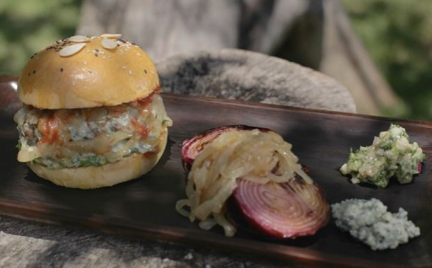 Chef ensina a fazer a massa do pão caseiro para sanduíche com carne de porco e cordeiro