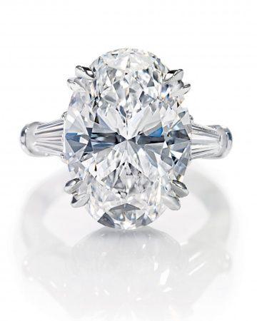 Anillo de compromiso con diamante oval.