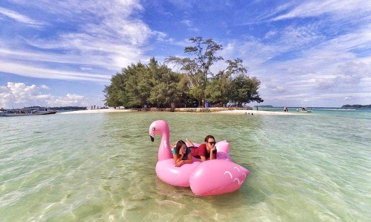 Saat ini berphoto diatas giant Floaties di antara pulau pulau kecil di wilayah Pulau Harapan menjadi salah satu aktivitas paling diinginkan para traveller ketika wisata di Pulau Harapan