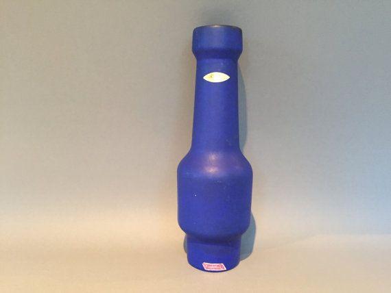 Ce vase élégant fait par Kreutz Keramik dans un joli bleu mat vernis (voir la photo).  Ces vases sont rares et très à collectionner.  Fait main en…
