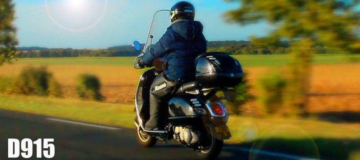 La Koove est un tablier universel pour passager et conducteur qui vous protège des intempéries, contre le froid et la pluie. Véritable alternative qui allie les avantages du pantalon de pluie et du tablier de scooter, la Koove est déclinée dans une gamme de couleurs et de matières variées, son design novateur et aérodynamique procure une nouvelle expérience de conduite urbaine. Moto ou scooter, la Koove est un vêtement universel qui s'adapte à tous les usages.