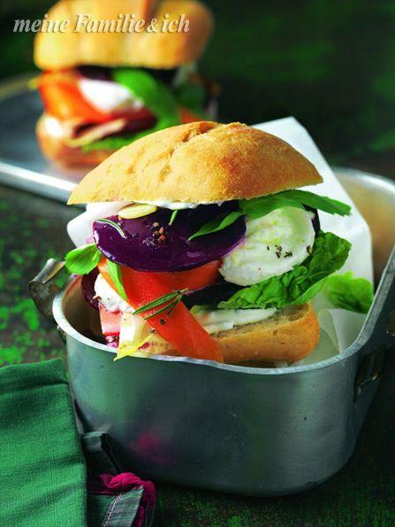 Gemüse-Burger Deluxe -  Rote-Bete-Sandwich mit Mozarella und Pastinake  burdafood.net/Joerg Lehmann http://www.daskochrezept.de/meine-familie-und-ich